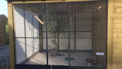 Volièrepanelen b290xd290cm ingebouwd naast tuinhuis