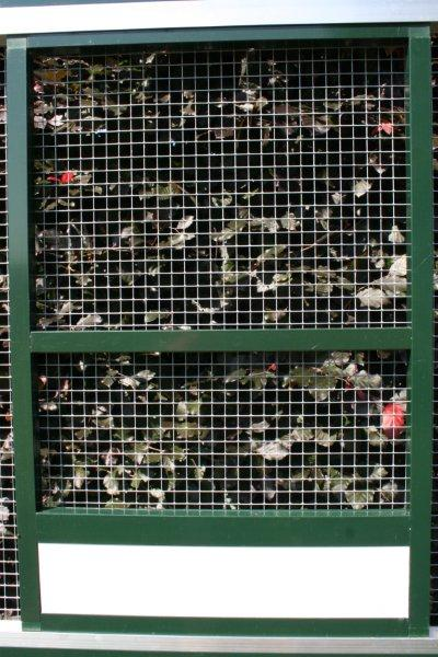 paneel in groen aluminium 102x200cm met witte acp morsrand en verzinkte draad 13x13mm